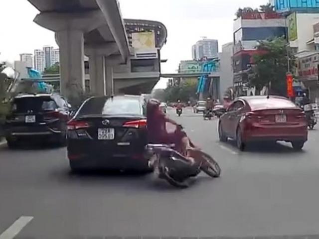 """Ô tô vượt ẩu, """"đốn ngã"""" người phụ nữ đi xe máy rồi bỏ chạy"""