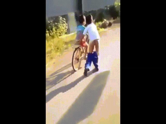 Clip: Cậu bé hết mình giúp bạn tập đi xe đạp và cái kết khiến ai cũng phì cười