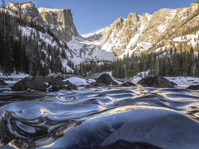 Cảnh tượng siêu hiếm gặp khi những cơn sóng bị đóng băng trên mặt hồ