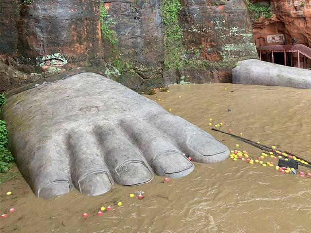 """TQ: Lũ lụt """"trăm năm có một"""" ở Tứ Xuyên, nước phá đê tạm, dâng tới chân tượng Phật khổng lồ"""