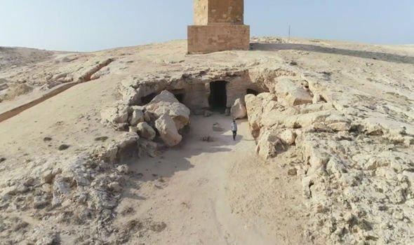 """Đi giữa đường, """"sụp hầm"""" vào mộ cổ kỳ lạ nhất thành phố xác ướp"""