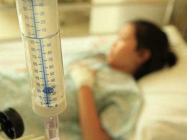 Cô gái 17 tuổi qua đời vì ung thư thận, bác sĩ tìm hiểu nguyên nhân rồi mắng té tát cha mẹ