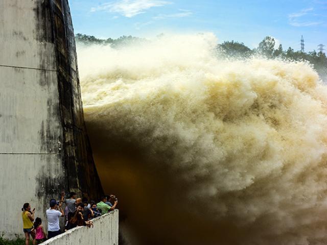 Miền Bắc liên tiếp hứng mưa lớn, thủy điện Lai Châu mở 5 cửa xả lũ