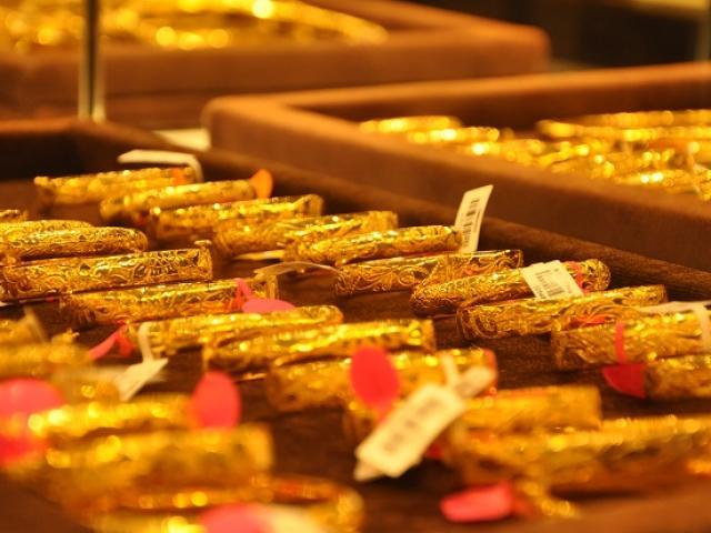 """Giá vàng """"bốc hơi"""" cả triệu đồng/lượng, tiệm vàng """"mua chịu"""" vàng của khách"""