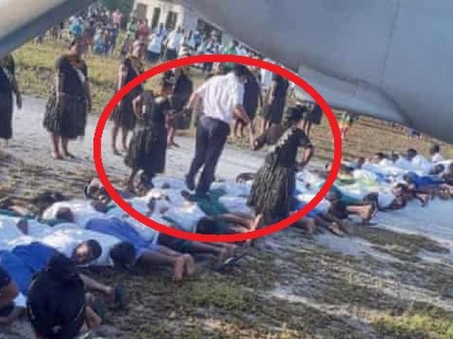 Bức ảnh đại sứ TQ bước trên lưng 30 người nằm sấp: Báo TQ nói gì?
