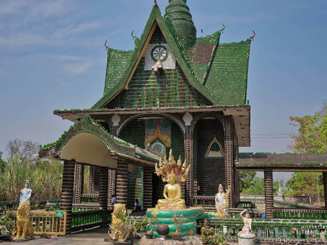 Ngôi chùa làm từ 1,5 triệu chai thủy tinh đủ màu sắc ở Thái Lan