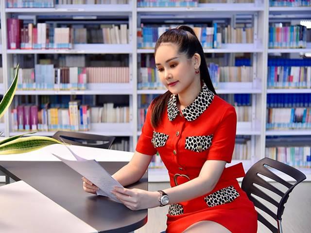 """""""Nữ giảng viên hot nhất showbiz Việt"""" quyến rũ với đồ hiệu phủ kín người"""