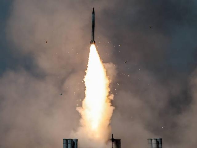 """Trung Quốc bất ngờ bắn 2 tên lửa uy lực xuống Biển Đông, """"dằn mặt"""" Mỹ"""