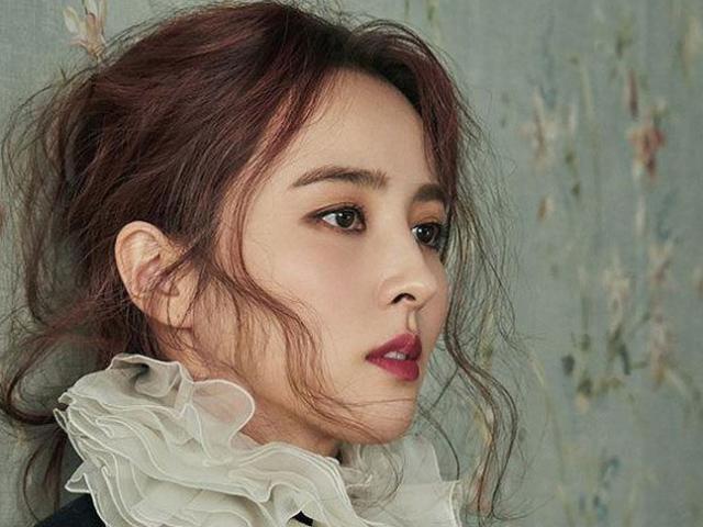 """Nhan sắc quyến rũ của bóng hồng """"hot"""" nhất nhì làng bóng đá Hàn Quốc"""