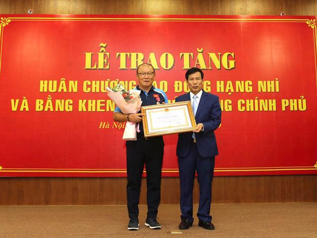 Chùm ảnh HLV Park Hang Seo tự hào nhận Huân chương Lao động hạng Nhì