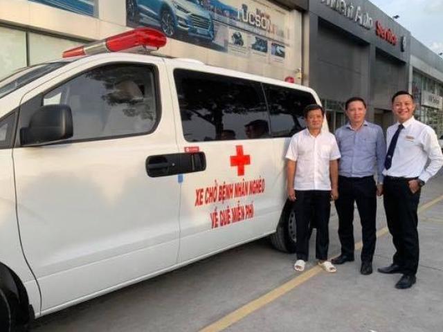Ông Đoàn Ngọc Hải mua xe cứu thương, trực tiếp chở bệnh nhân nghèo về quê miễn phí