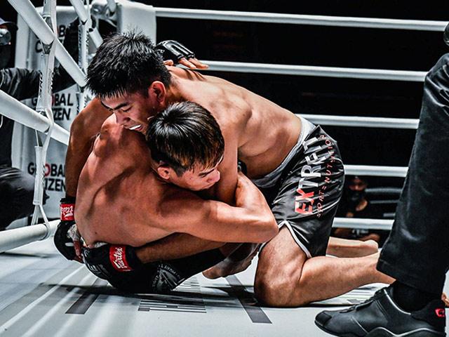 """""""Khủng long MMA"""" siết cổ đối thủ suýt mất mạng trên sàn đấu"""
