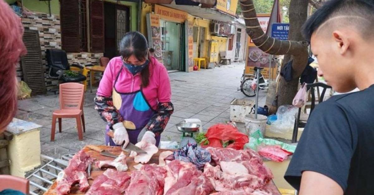 """Lợn hơi """"rơi"""" sát ngưỡng 70.000 đồng/kg, giá thịt bán lẻ vẫn đắt gấp đôi"""