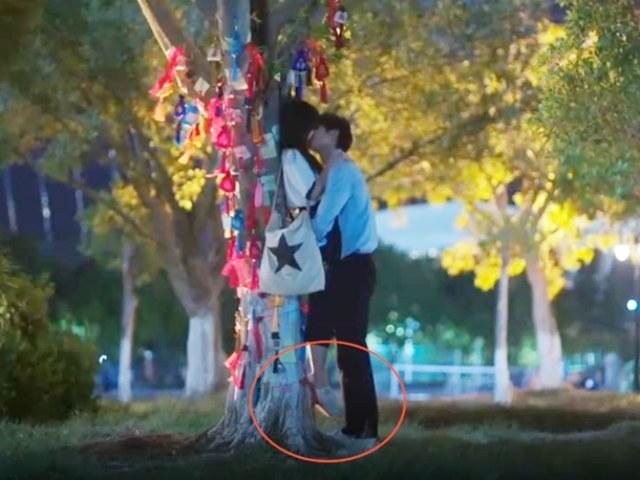 Cảnh hôn lãng mạn phim Trung Quốc đã lừa khán giả thế này đây!