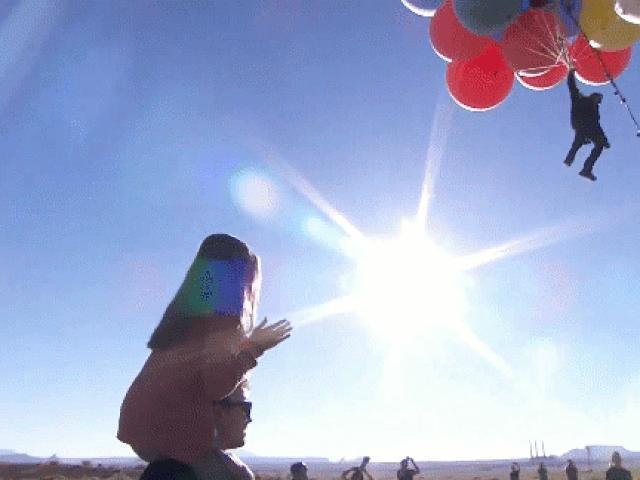 Người đàn ông bay lên bầu trời bằng bóng bay