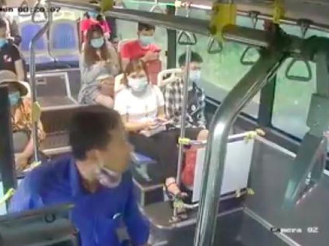 """Người đàn ông liên tiếp """"phun mưa"""" vào nữ phụ xe buýt khi được nhắc đeo khẩu trang"""