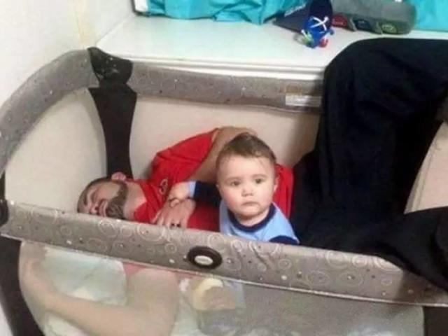 Hình ảnh khó đỡ của các ông bố được giao nhiệm vụ trông con ngày cuối tuần
