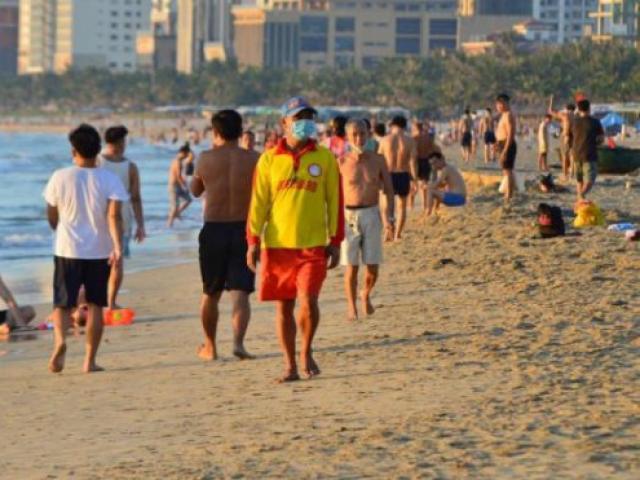 Bãi biển Đà Nẵng nhộn nhịp sau 45 ngày giãn cách chống dịch Covid-19