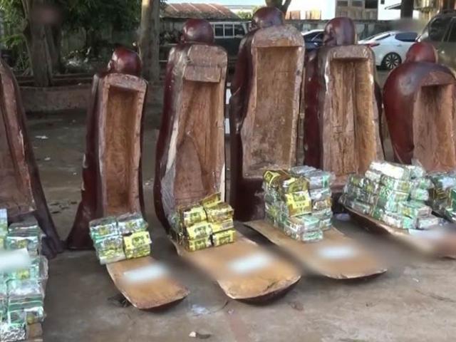 """Bí mật ẩn trong 11 pho tượng gỗ được """"hộ tống"""" qua biên giới"""