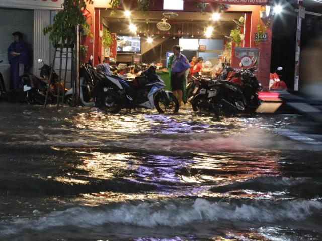 """Mưa """"tối tăm mặt mũi""""trút xuống Sài Gòn, đường phố ngập khủng khiếp"""