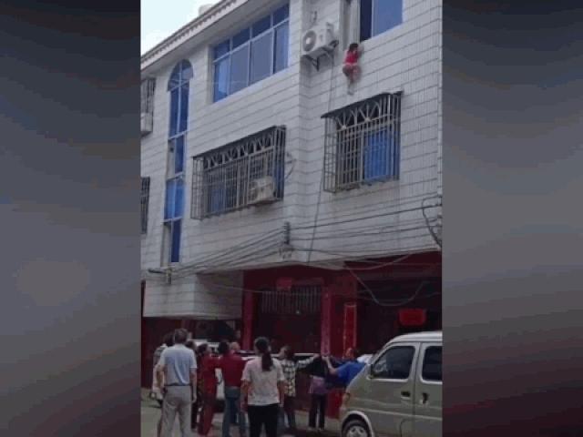 Bị nhốt trong nhà một mình, bé gái 4 tuổi rơi khỏi cửa sổ tầng 3