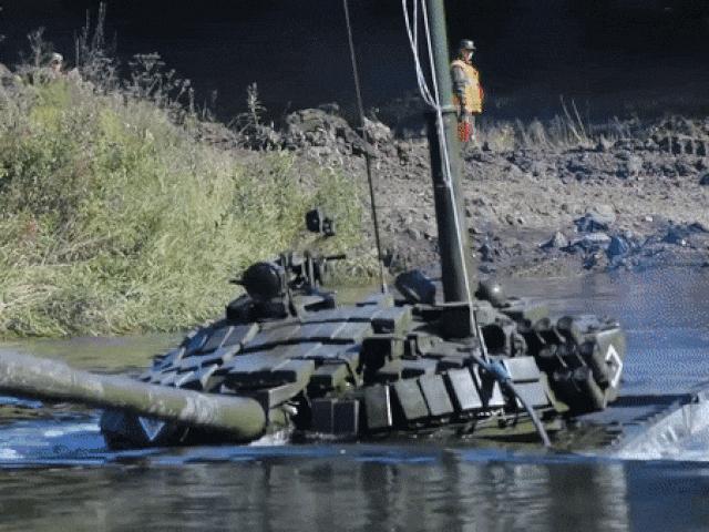 Xe tăng Nga vượt sông sâu 5m như tàu ngầm
