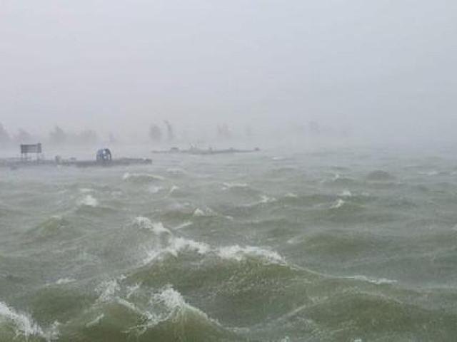 Chùm ảnh trước bão: Đà Nẵng mưa xối xả ngập đường, sấm sét vang trời