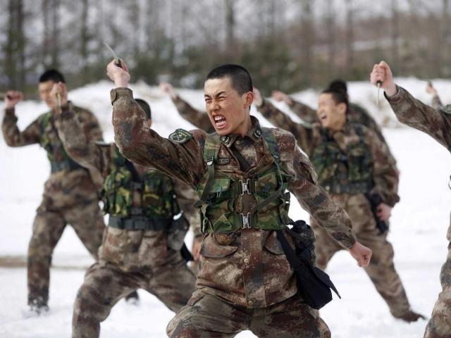 """Vừa chạm mặt """"tử thần"""" biên giới với Ấn Độ, binh sĩ Trung Quốc đã lũ lượt nằm cáng?"""