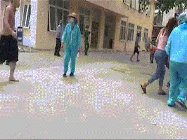 Chém nhau kinh hoàng ở cổng bệnh viện E Hà Nội