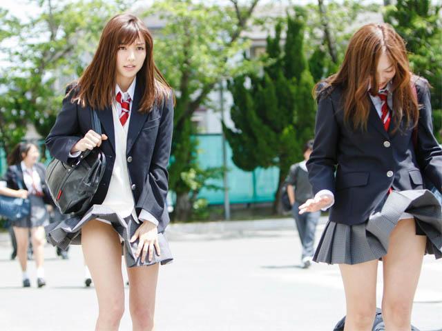 """""""Tuyệt kỹ"""" cắt chân váy dài thành ngắn gây nhiều tai tiếng của nữ sinh Nhật Bản"""