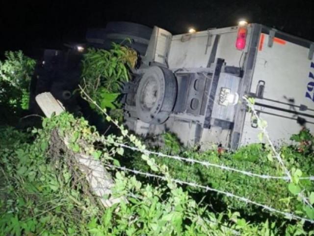 Dừng xe đi vệ sinh, tài xế bị xe tải tụt dốc đè tử vong thương tâm