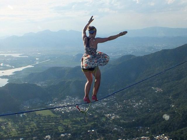 Mạo hiểm đi giày cao gót trên dây giữa hai ngọn núi
