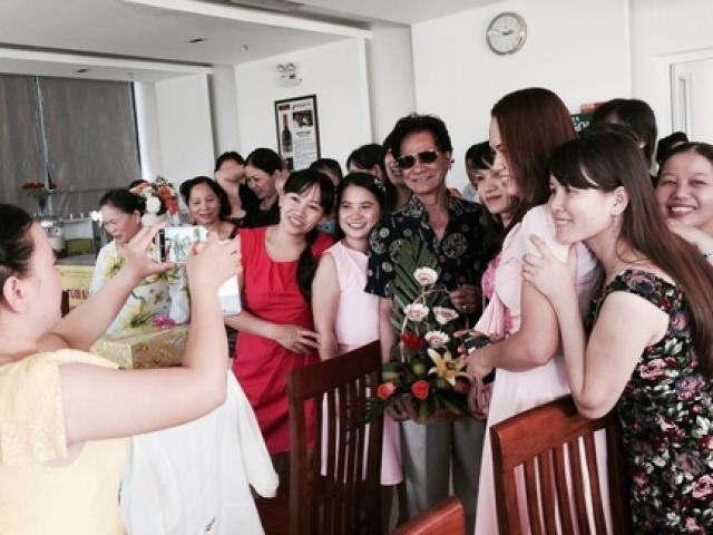Chế Linh bối rối bị fan nữ vây kín ở Quảng Ngãi