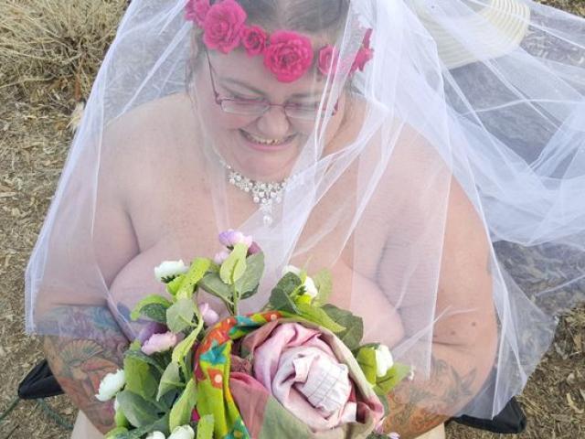 Sau 31 ngày hôn mê, cô gái tỉnh dậy làm đám cưới khỏa thân