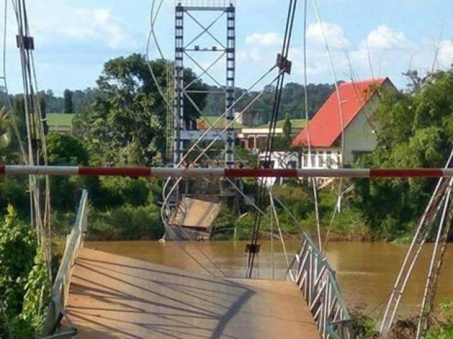 Sập cầu treo ở Đồng Nai, nhiều người rơi xuống sông