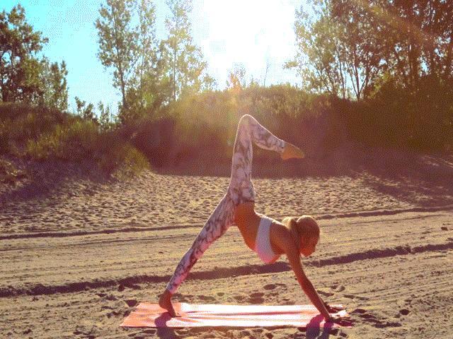 Nữ phi công đẹp tuyệt trần với tư thế Yoga gây sốt
