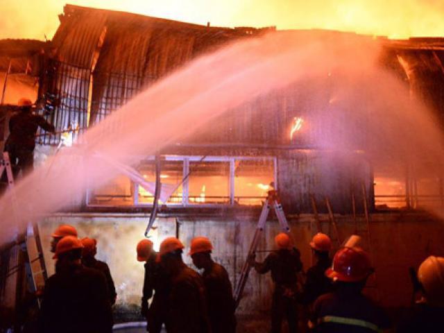 HN: Cháy khu công nghiệp, nhiều nhà xưởng bị thiêu rụi