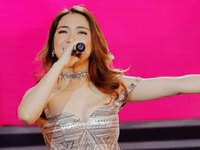 Hòa Minzy mặc sexy lộ hình xăm tên Công Phượng bị xoá nhoè ở ngực trái