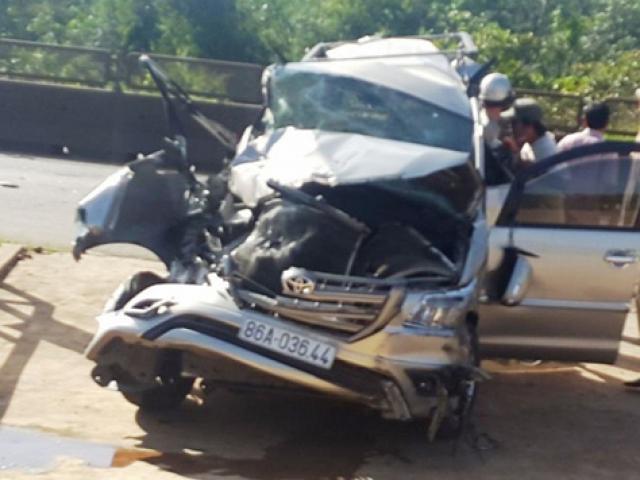 Ô tô bị container tông bẹp dúm, 5 người thoát chết