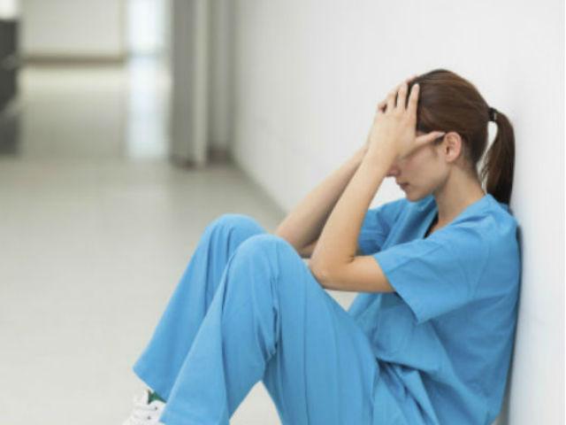 Nữ y tá sốc nặng khi bạn trai nhập viện cùng cô gái lạ