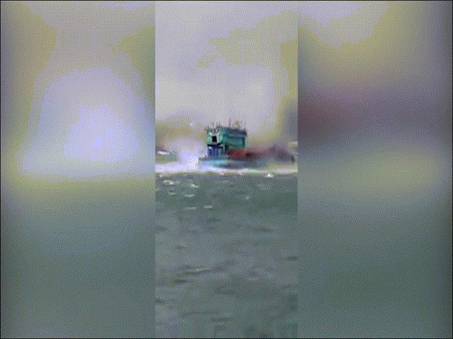 """Clip: Siêu vòi rồng """"tấn công"""", nhấn chìm tàu cá ở Phú Quốc"""