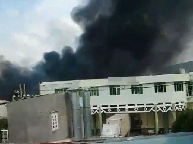 Clip: Hàng trăm công nhân tháo chạy trong hoảng loạn khỏi đám cháy ở KCN