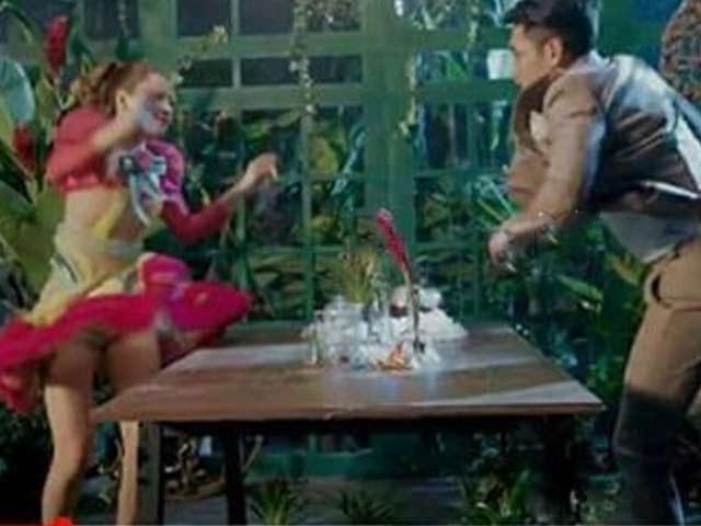Váy áo đẹp như công chúa, Chi Pu vẫn bị soi vì sự cố hớ hênh trong MV mới