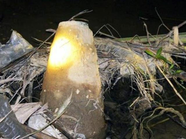 Đi đánh cá, phát hiện quả bom dài gần 2m trên sông