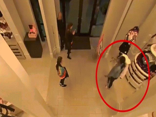 5 cô gái vác súng điện xông vào cướp cửa hàng đồ lót