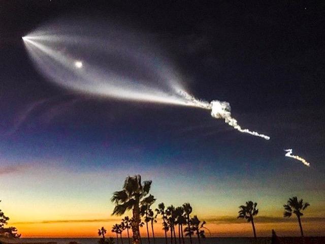 """Elon Musk """"đùa như thật"""" về chùm sáng tựa UFO trên bầu trời đêm"""