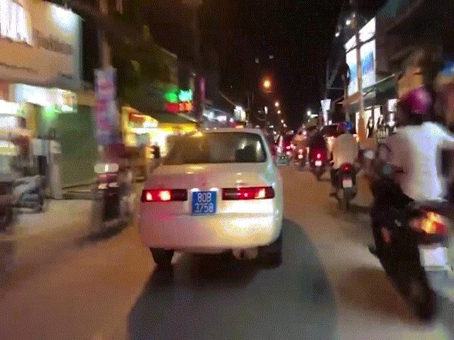 Lộ diện tài xế lái ô tô biển xanh 80B giả hú còi ưu tiên, phóng trên đường