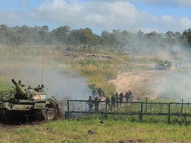 Xem lính bộ binh diễn tập tấn công địch ở địa hình rừng núi Đắk Lắk