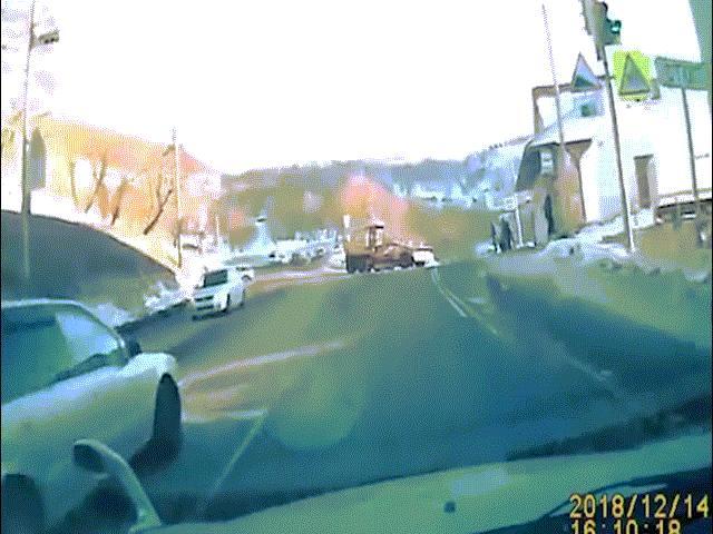 Người phụ nữ bị xe dọn tuyết cắt làm đôi trong tai nạn kinh hoàng