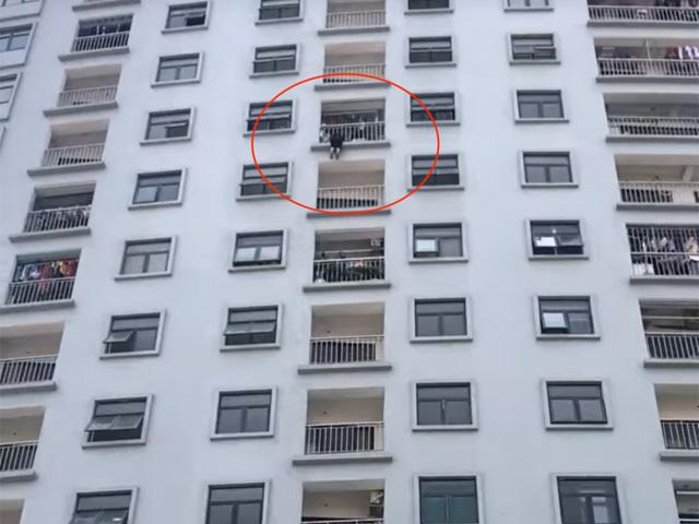Hi hữu: Người phụ nữ bị mắc kẹt, treo lủng lẳng ở tầng cao của chung cư